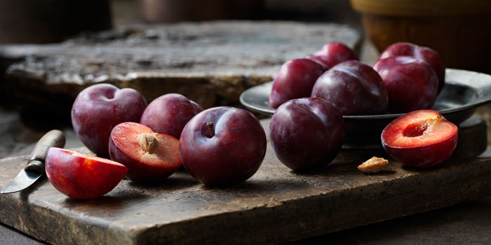 plums on table cd5bb151